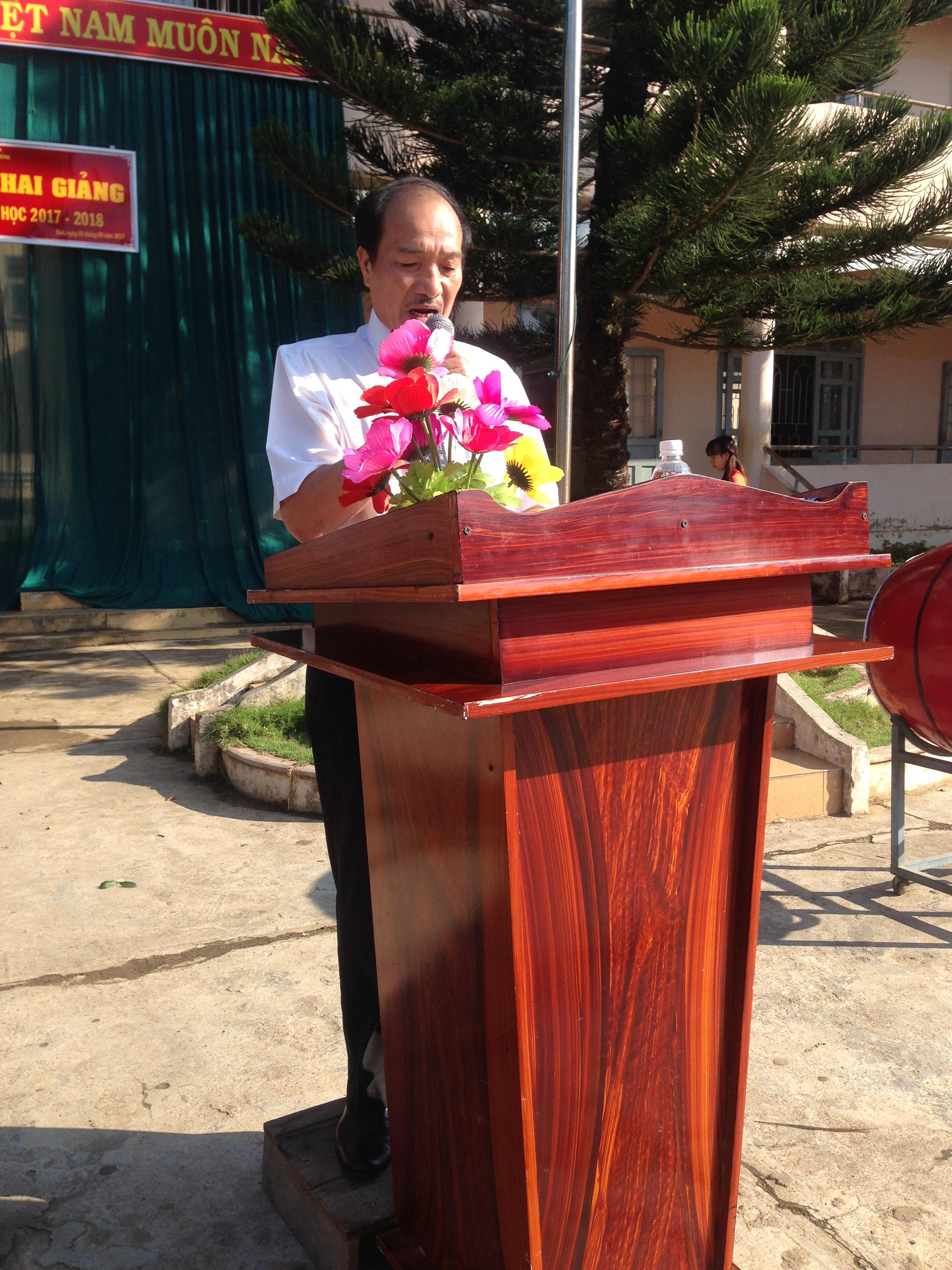 Ông Lê Đình Chiến - Huyện ủy viên, phó Chủ tịch UBND huyện Ea Kar đọc thư của Chủ tịch nước